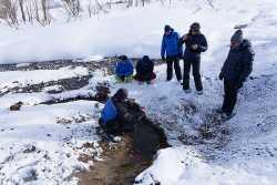 туристы осматривают большие банные на Камчатке