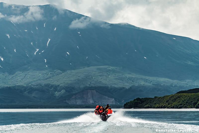 экскурсия на лодке по озеру