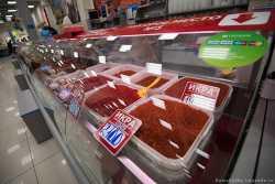 На рыбном рынке Камчатки вы можете попробовать разные сорта икры