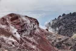 дым от фумарольной деятельности в кратере