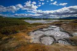 кислотное озеро голубого цвета на Камчатке